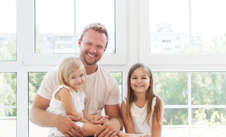 Счастливый отец с детьми